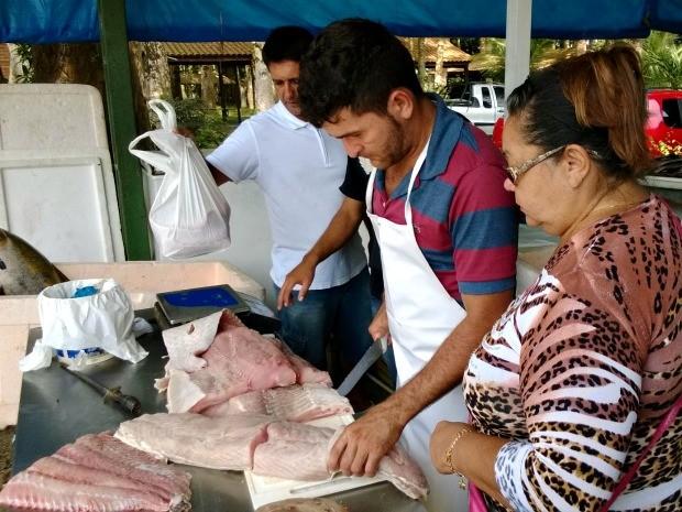 Feirão vende peixe a preço abaixo do mercado (Foto: Divulgação/Sepror)