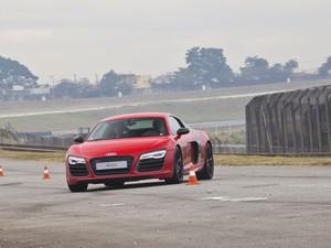 A suspensão esportiva é de série e o motor é montado baixo no R8 V10 Plus (Foto: Divulgação)