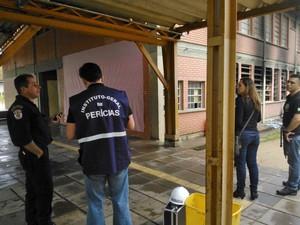 Polícia suspeita que incêndio tenha sido uma represália ao aperto do cerco contra o tráfico de drogas (Foto: Ivani Schutz/RBS TV)