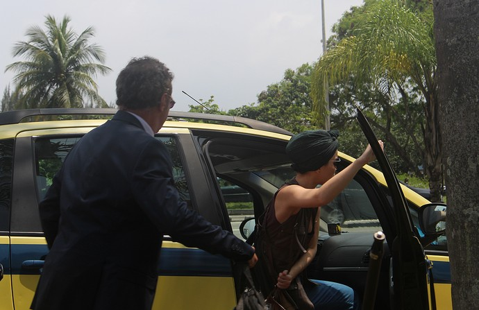 Júlia consegue entrar em um táxi (Foto: Claudia Esteves/Gshow)