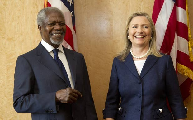 Kofi Annan com a secret&#225;ria de Estado americana, Hillary Clinton, neste s&#225;bado em Genebra. (Foto: AFP)