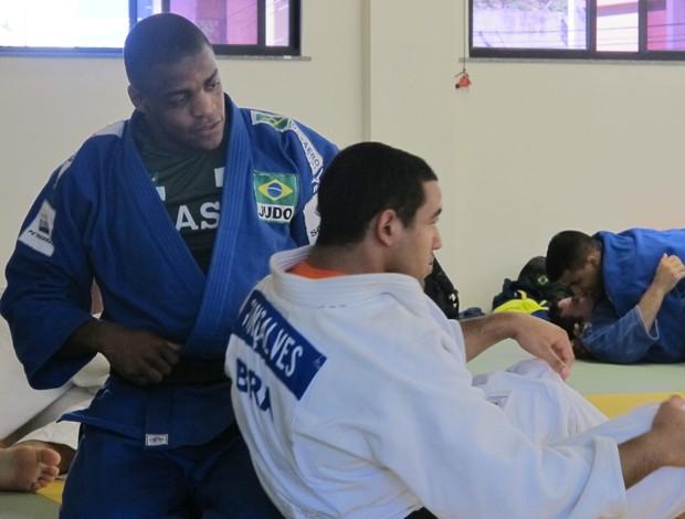 Eduardo Santos (de azul) em treino da seleção brasileira no Rio (Foto: Thierry Gozzer)
