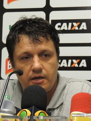 Adilson Batista técnico Figueirense entrevista Scarpelli (Foto: Marcelo Silva)