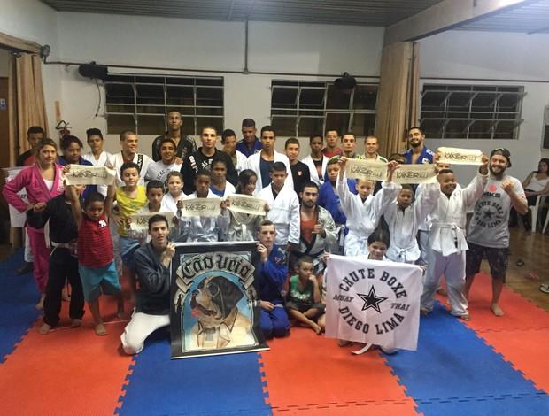 BLOG: Lucas Mineiro doa quimonos e treina com crianças carentes em projeto social
