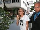 Cara Delevingne vai a estúdio de tatuagem no Rio e é cercada por fãs