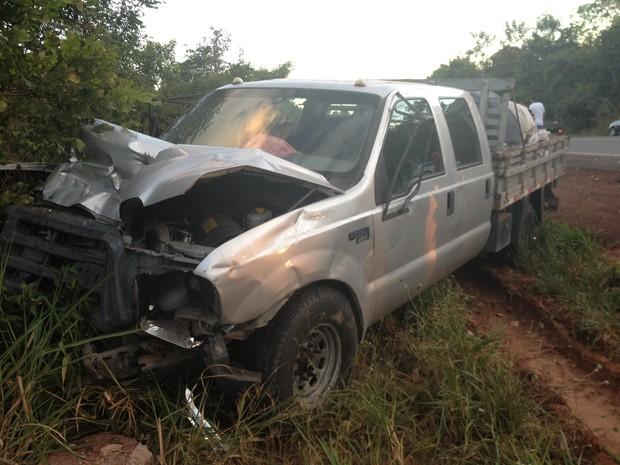 Duas pessoas que estavam em camionete ficaram feridas e foram levadas para o hospital de Araguaína (Foto: Vilma Nascimento/G1)
