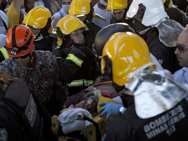Bombeiros socorrem pessoa que caiu da ponte durante protestos em Belo Horizonte (Foto: Pedro Gontijo/AFP)