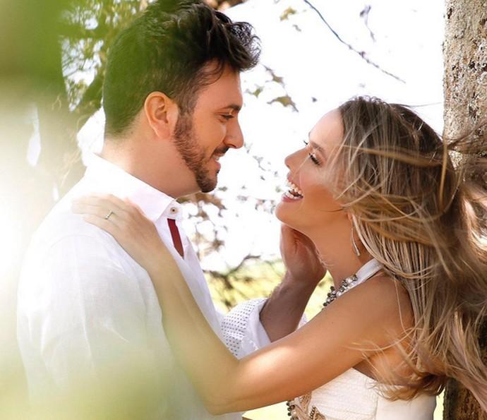 Thaeme em foto espontânea com o marido, Fábio Elias (Foto: Arquivo Pessoal)