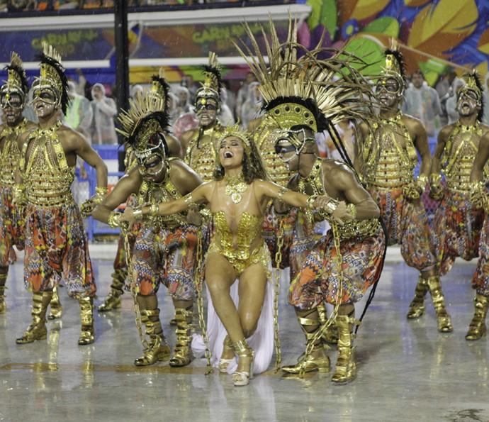 Juliana Paes arrasa ao lado dos bailarinos da comissão de frente da Viradouro em 2015 (Foto: Acervo Riotur/Gabriel Santos)