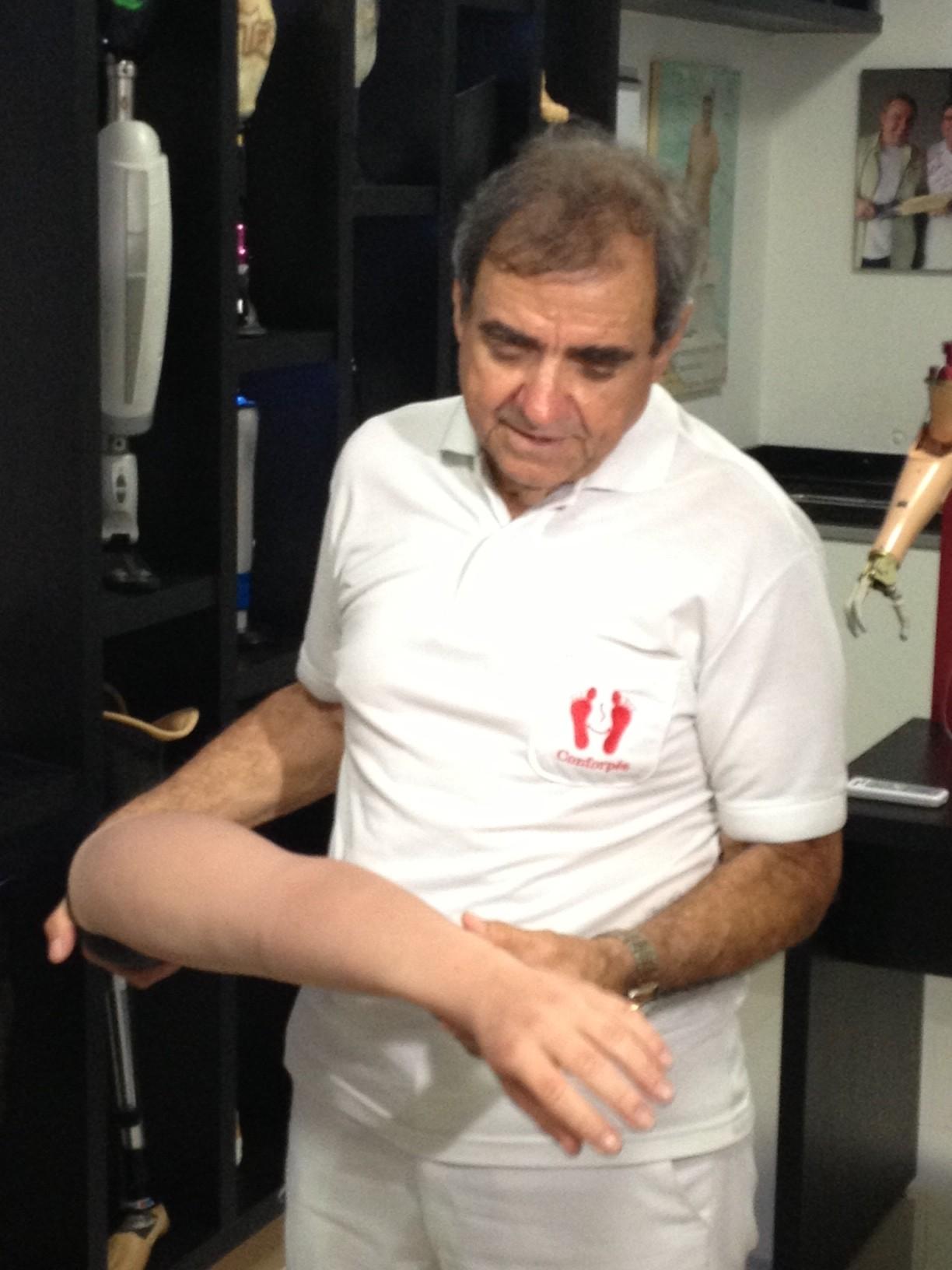 Nelson mostra uma das possíveis próteses que David irá receber (Foto: Luana Eid / G1)