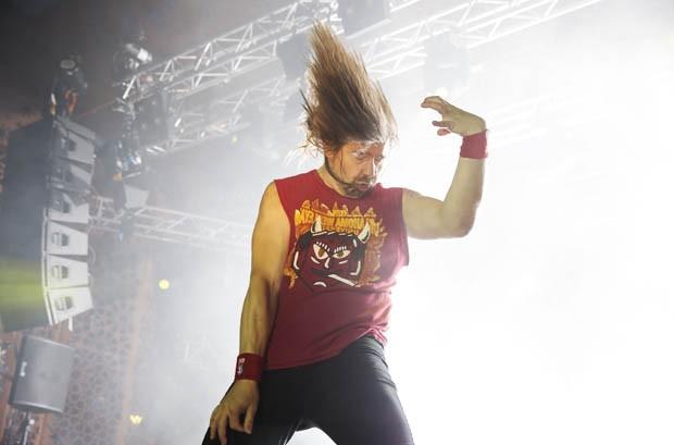 Eric Melin durante apresentação de 'air guitar' na Finlândia (Foto: Timo Heikkala/AFP)