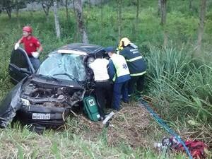 Motorista ficou preso às ferragens e precisou ser retirado (Foto: Corpo de Bombeiros/Divulgação)
