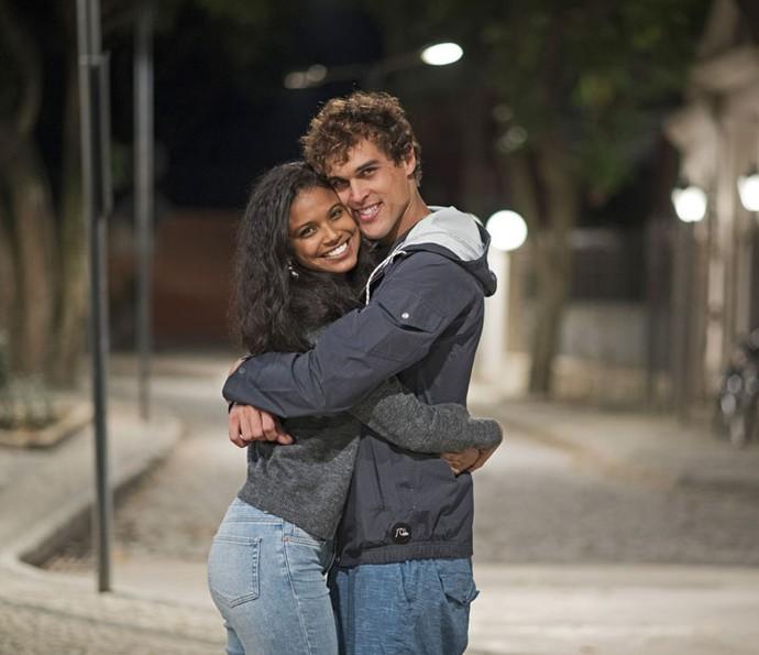 Aline Dias e Felipe Roque mostram sintonia nos bastidores das gravações (Foto: Cesar Alves/TV Globo)