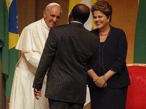 O ministro Joaquim Barbosa cumprimenta o Papa Francisco ao lado da presidente Dilma Rousseff, no Palácio Guanabara (Foto: Alexandre Brum/Estadão Conteúdo)