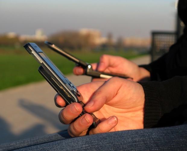 Com o vício pelo celular, as pessoas não prestam atenção nas outras (Foto: Banco de Imagens)