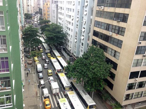 Av. Nossa Senhora de Copacabana ficou congestionada até o Posto 6 (Foto: José Raphael Berrêdo / G1)