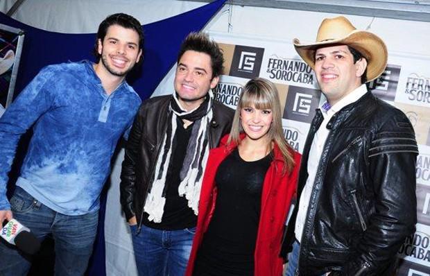 Jonas Almeida e Kelly Maria com a dupla Fernando e Sorocaba (Foto: Kelly Maria/ TV Vanguarda)
