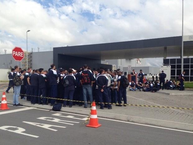 Funcionários da BMW reivindicam questões trabalhistas (Foto: Kleber Pizzamiglio/RBS TV)