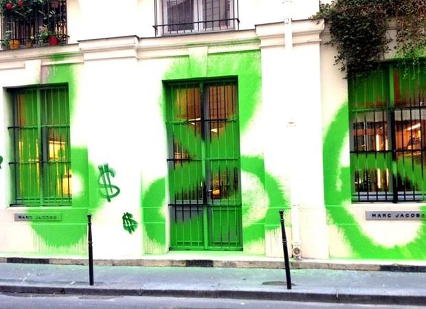 AS LOJAS DE PARIS APÓS A PICHAÇÃO (Foto: Reprodução/Instagram)