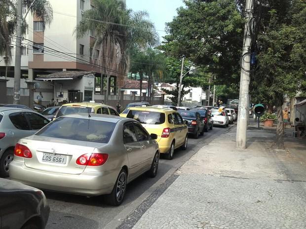 Trânsito na Estrada do Pau Ferro estava parado por volta das 8h desta terça (29) (Foto: Viviane Matheus / G1)
