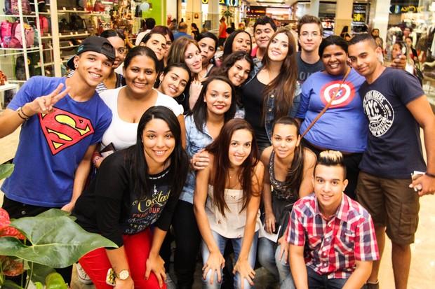 Ex-BBB Tamires Peloso e fãs (Foto: Thacio Sérgio / Divulgação)