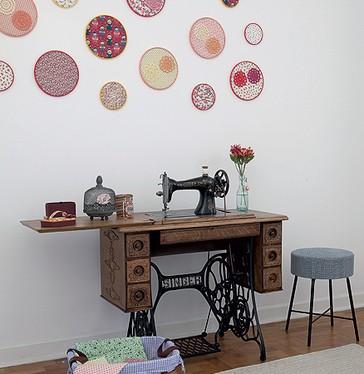 Bastidores com tecidos coloridos, montados pela própria moradora Vanessa Gonçalves, decoram a parede do quarto de costura. Bastam retalhos para fazer o enfeite (Foto: Lufe Gomes/Casa e Jardim)