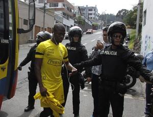 BLOG: Policiais correm atrás de Valencia após saída do atacante de ambulância; veja