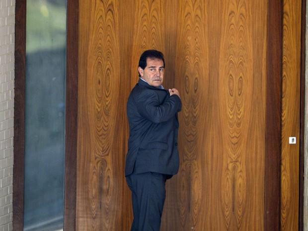 O deputado Paulinho da Força (SD-SP) chega à residência do presidente da Câmara, Eduardo Cunha após o ministro do STF Teori Zavascki deferir em liminar a suspensão de seu mandato parlamentar e seu afastamento da presidência da Câmara dos Deputados (Foto: José Cruz/Agência Brasil)