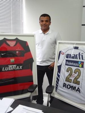 Ex-atacante Roma com as camisas de Flamengo e Pumas (MEX) (Foto: GLOBOESPORTE.COM/PA)