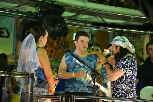 Rapaz pede a noiva em casamento durante show de Bell Marques no Fortal 2016 (Foto: Felipe Souto Maior/AgNews)