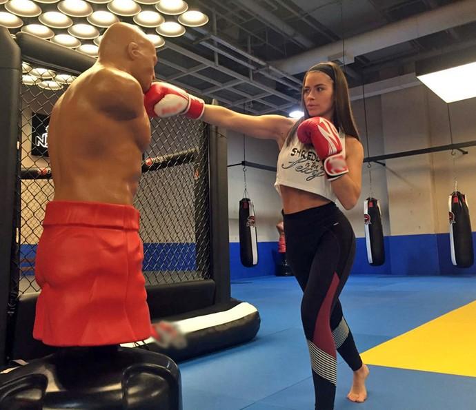 Renata Longaray pratica muay thai há menos de três meses (Foto: Arquivo Pessoal)