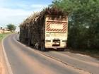 Motoristas cometem irregularidades ao transportar cana pela região