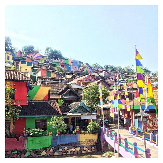 Cores em vila da Indonésia (Foto: Reprodução/Instagram)