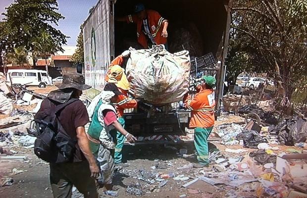 Equipes da prefeitura recolheram os materiais em área de preservação (Foto: Reprodução/TV Anhanguera)