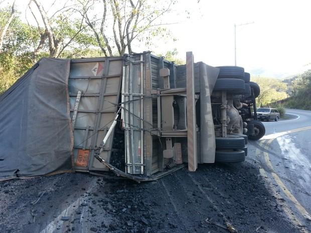 Caminhão carregado de carvão tomba em Barra Mansa, RJ (Foto: João Paulo de Souza/Arquivo Pessoal)