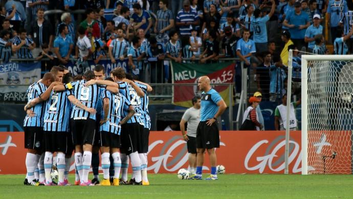 Grupo do Grêmio reunido no centro do gramado da Arena (Foto: Diego Guichard)
