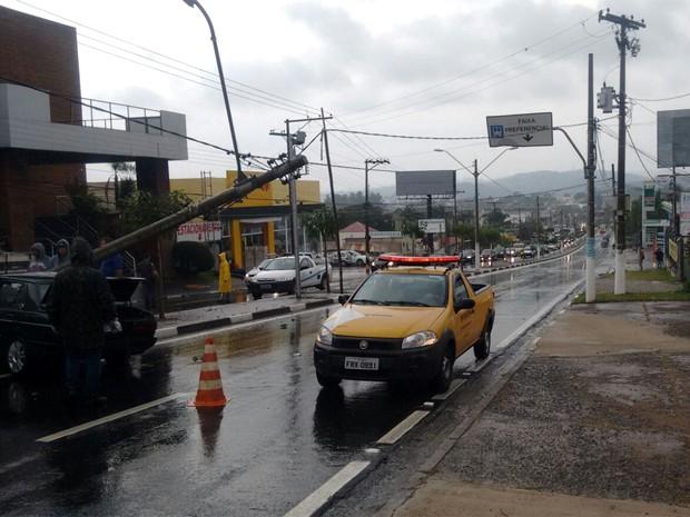 Avenida da entrada de Sousas, distrito de Campinas, ficou interditada por causa de acidente (Foto: VC no G1)