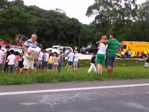 Carga é saqueada em acidente na BR-277 (Foto: reprodução RPCTV)