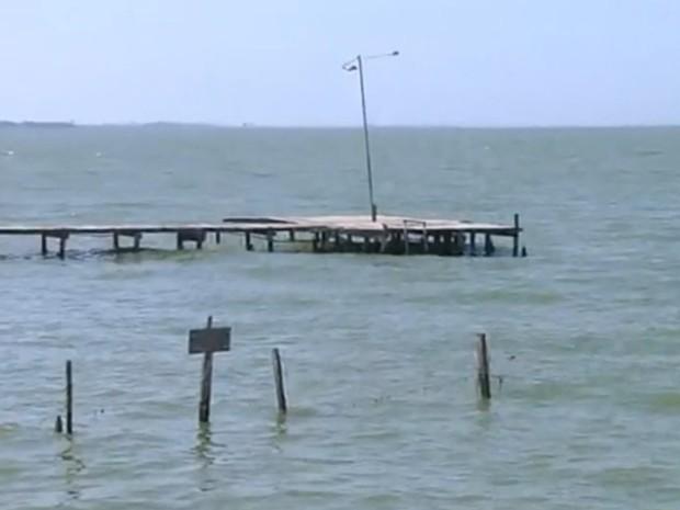 Vítimas estavam nadando neste píer quando se afogaram (Foto: Reprodução / TV TEM)