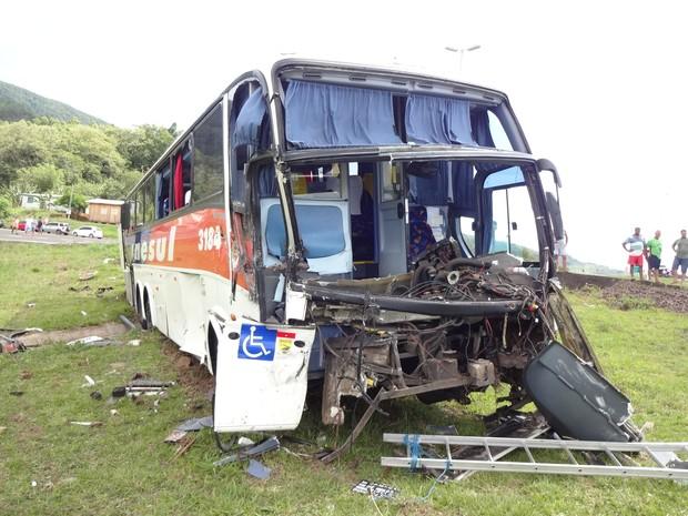 Ônibus que ia de Torres para Porto Alegre colidiu na lateral de um caminhão (Foto: Marcos Pereira/RBS TV)