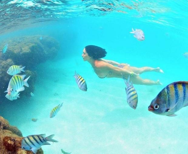 Bella Falconi mergulha em mar paradisíaco (Foto: Reprodução/Instagram)