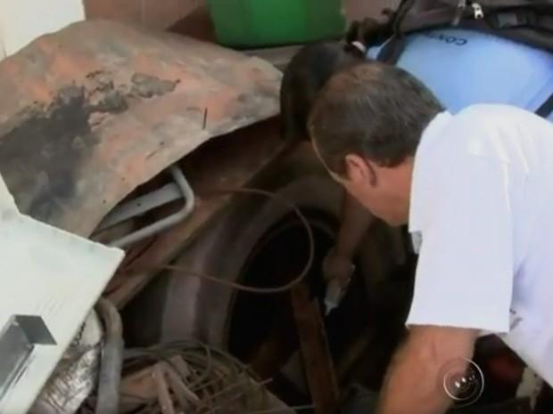 Agentes fiscalizam local em Olímpia (Foto: Reprodução/TV TEM)