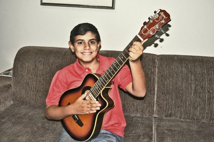 LORENZO COSTA:  menino adora o violão e já se apresentou em público (Foto: Julia Rodrigues)