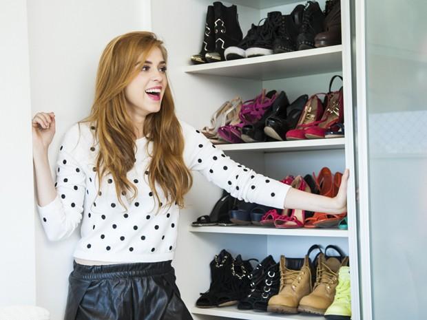 It-girl assumida, ela se esbalda com sapatos e bolsas (Foto: Marcelo Correa)