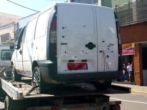 Fiat Doblo seria utilizado durante fuga de assaltantes do Banco Bradesco em Piracicaba (Foto: Claudia Assencio/ G1)