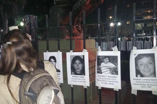Mural montado durante manifestação mostra vítimas de violência (Foto: BBC)