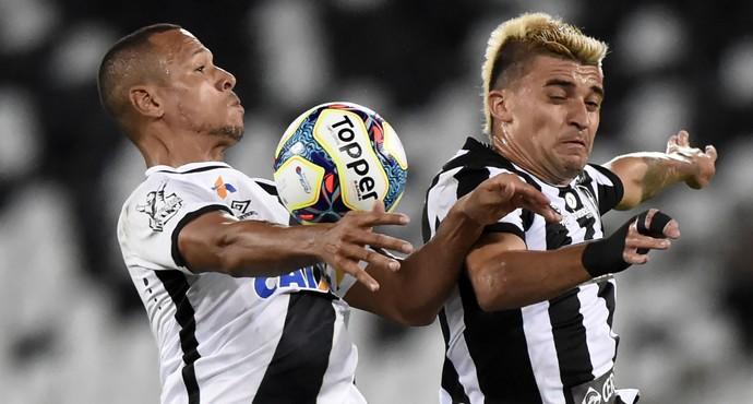 Luis Fabiano e Victor Luis Vasco x Botafogo (Foto: André Durão)