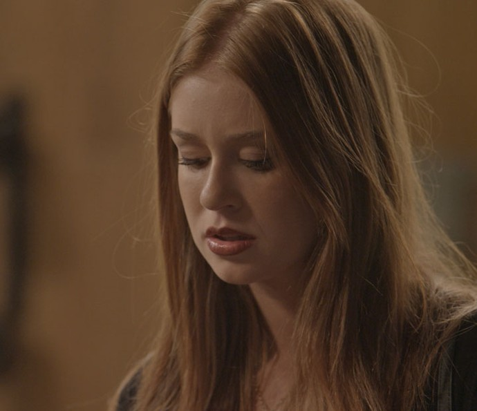 Eliza fica surpresa com o convite para passar uma temporada em Paris (Foto: TV Globo)