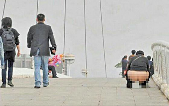 Hábito Mulheres não se inibem de se expor para se aliviar em público (Foto: divulgação)