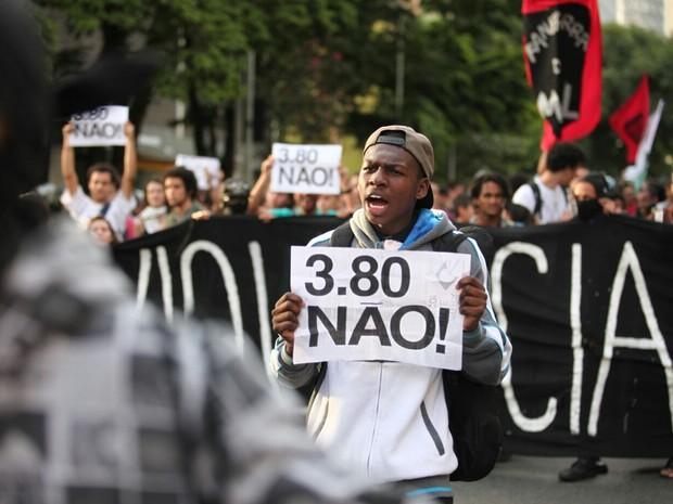Manifestante protesta contra preço da tarifa de ônibus, metrô e trem em São Paulo após reajuste (Foto: Marcelo Brandt/G1)
